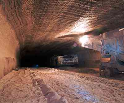 Underground mine drive with mining machines