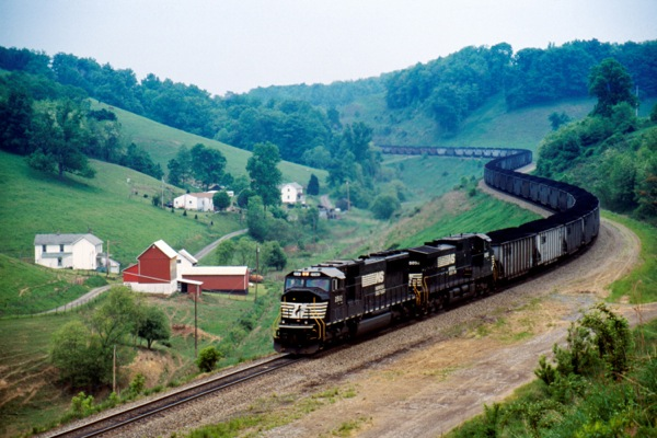US railroads to struggle with summer coal demand — report