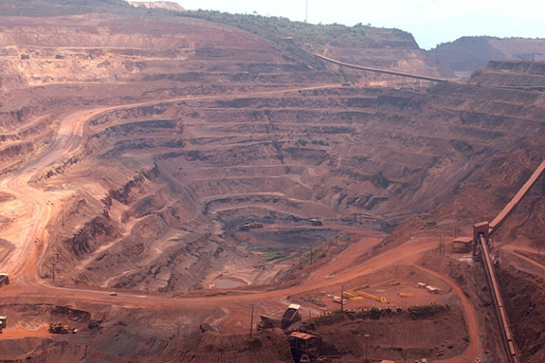 Vale's shares dive as miner posts quarterly loss triggered by iron ore weakness