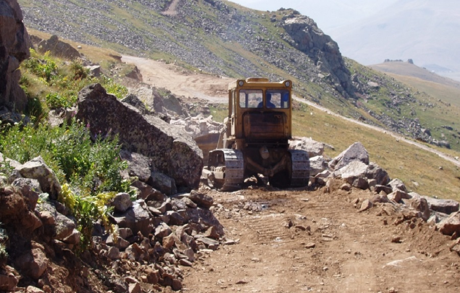 Photo of roadbuilding at the site courtesy of Geoteam.