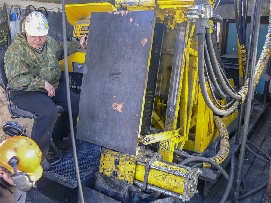 Drilling, gold, machinery, workers, admin, drilling wells
