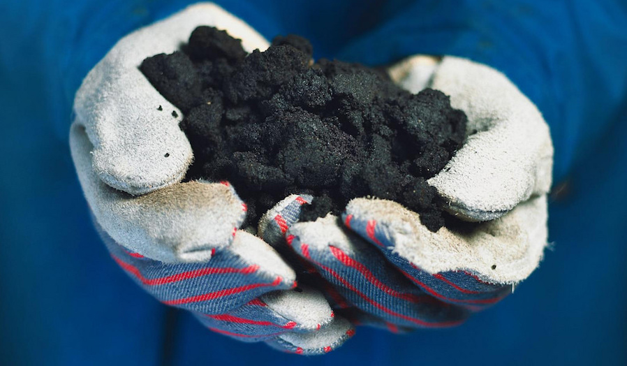 Oil sand is a mixture of bitumen, sand, water and clay (Photo: Suncor Energy / Flickr).