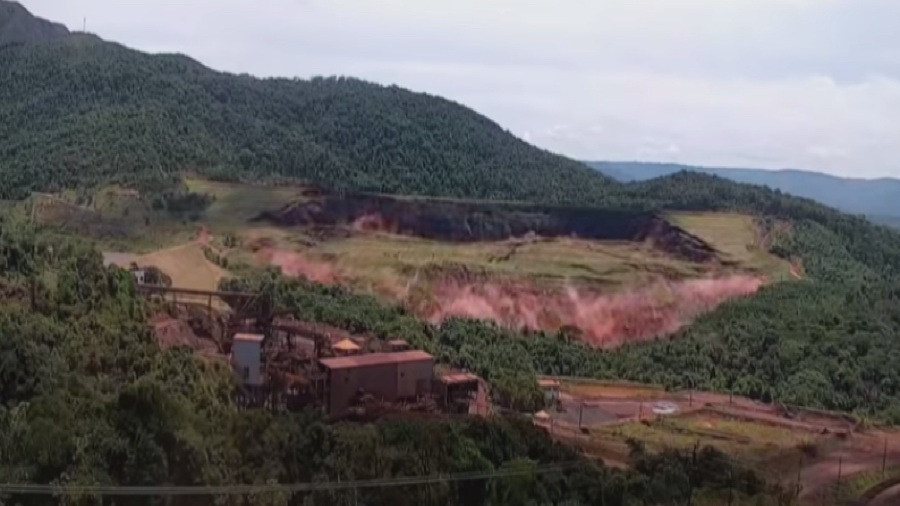 Moment the tailings dam at Vale's Feijao mine burst.